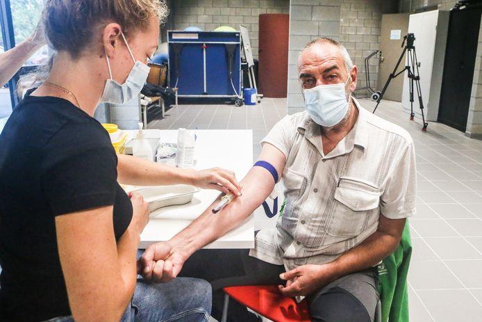 Wim Torfs (68), die op 2 kilometer van de fabriek woont, laat een bloedstaal nemen.