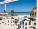 Villa Alwin Beach Resort: terras aan het strand.