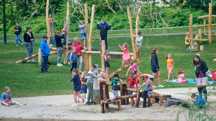 Kinderen van kinderopvang 't Kroontje spelen op de nieuwe speeltoestellen in het Julianapark te Veghel