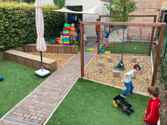De tuin bestaat uit kleine zones met verschillende spelvormen.
