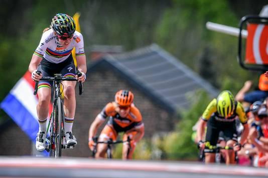 Anna van der Breggen wint de Waalse Pijl.