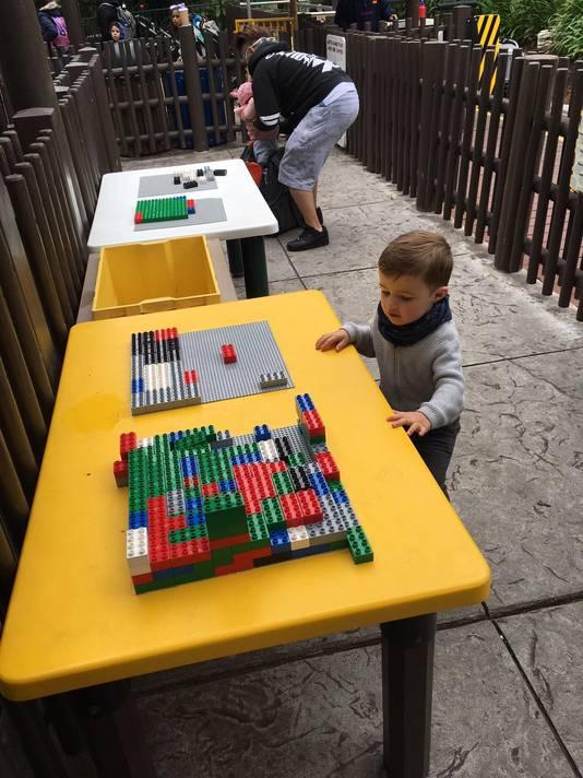 Pendant qu'un adulte fait la file, l'autre peut accompagner l'enfant dans une file parallèle. A cet endroit, il y a des jeux pour patienter. Attendre son tour n'est pas un enfer à Legoland.