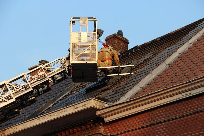 Onder meer het dak van de woning is zwaar beschadigd.