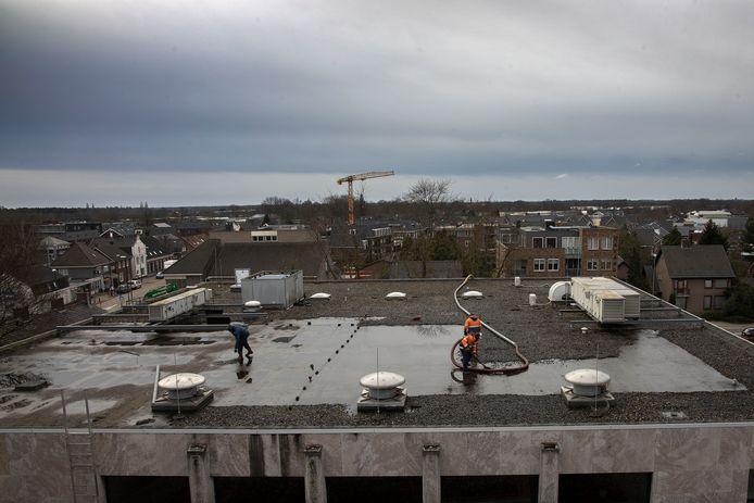 Het dak van het gemeentehuis wordt vernieuwd.