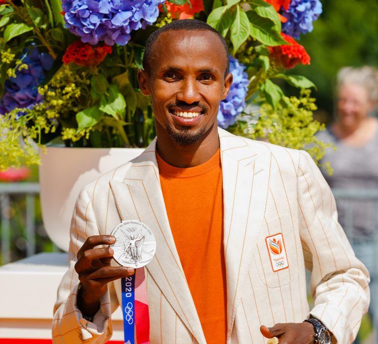 Abdi Nageeye poseert met zijn zilveren medaille. Beeld ANP