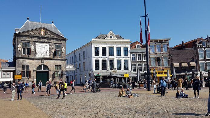 Bezoekers op de Markt in Gouda genieten van optreden van Van Dik Hout