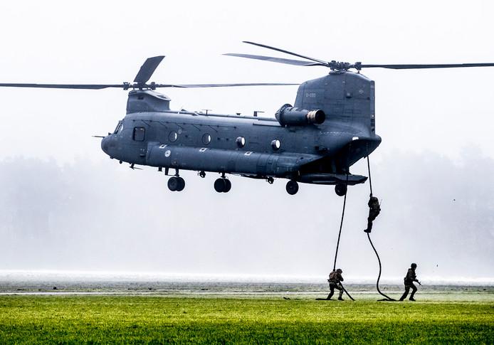 'Fast ropen': terwijl de piloot de helikopter vlak boven de grond in de lucht houdt, probeert de bemanning via touwen aan land te komen.