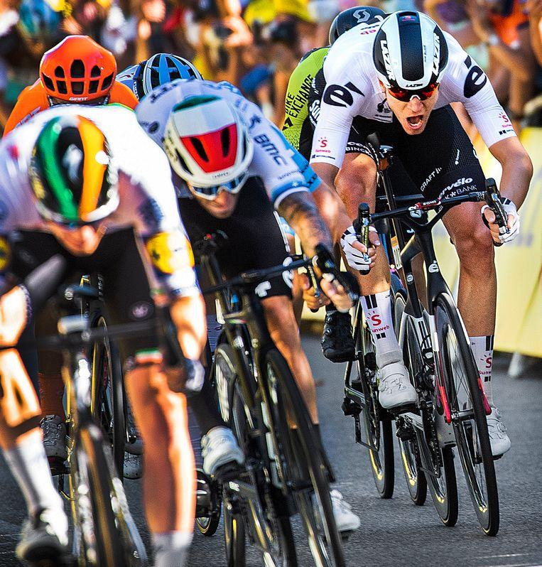Cees Bol (rechts) van Team Sunweb kwam tijdens de derde etappe tekort in de eindsprint die gewonnen wordt door Caleb Ewan. Woensdag, tijdens de 11de etappe, werd Bol slechts negentiende. Beeld Klaas Jan van der Weij