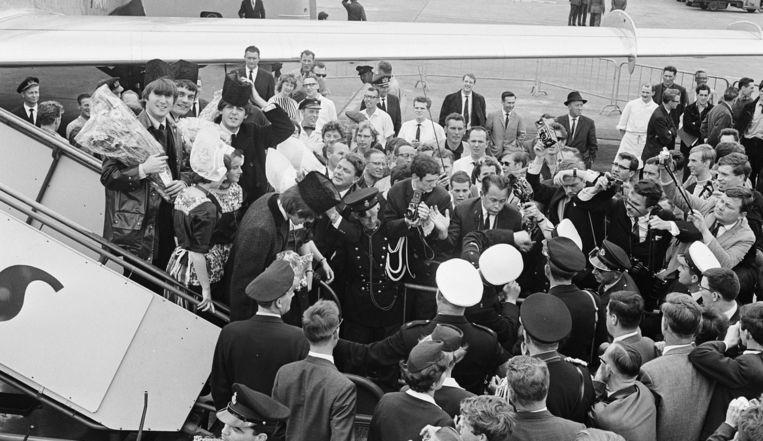 Op 5 juni 1964 landen The Beatles op Schiphol, waar ruim 3000 fans ze staan op te wachten. Beeld Schiphol100jaar.nl
