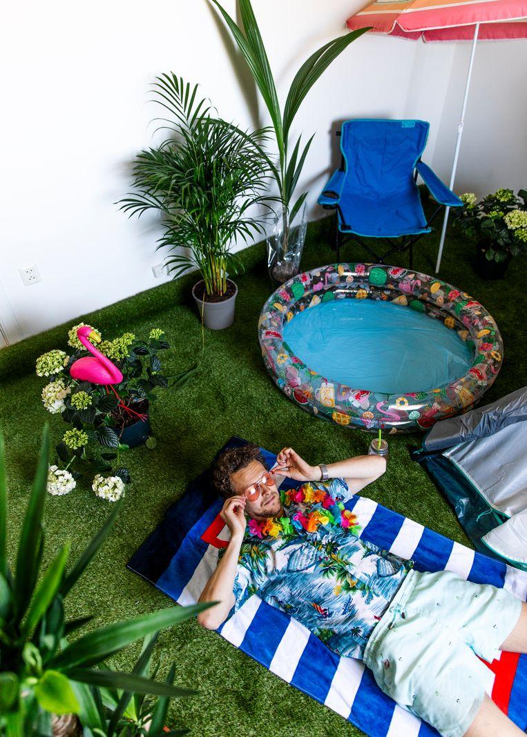 Tim Senders viert vakantie op zijn balkon. Beeld Lin Woldendorp