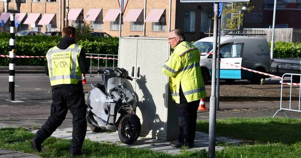Scooterrijder gewond na botsing met auto Marechaussee in Vlissingen.