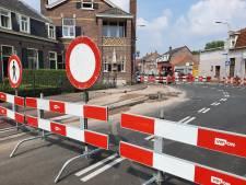 Kruising in Tilburg afgesloten na noodweer: wegdek en fietspad staan bol van het water