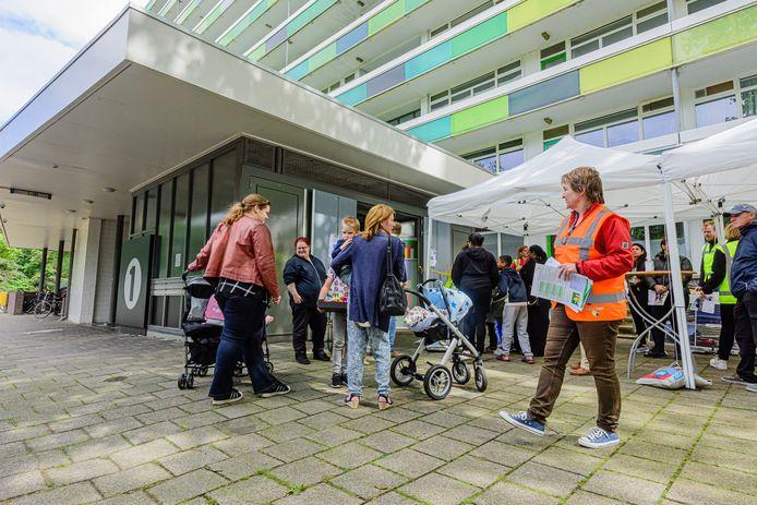 Bewoners van de L-flat worden geïnformeerd over de renovatieplannen van hun woningen.