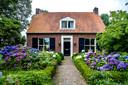Deze boerderij in Zutphen heeft veel typische wederopbouwelementen.