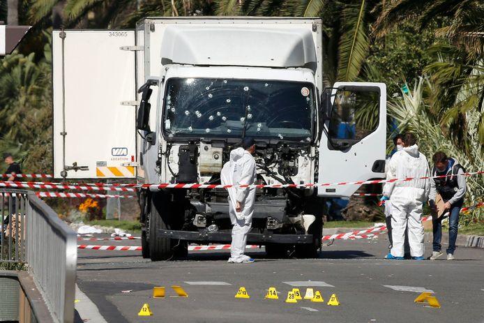 De 31-jarige Mohamed Bouhlel stuurt zijn koelvrachtwagen over de Promenade des Anglais. De politie moet meerdere kogels afvuren vooraleer ze de man kunnen doden.