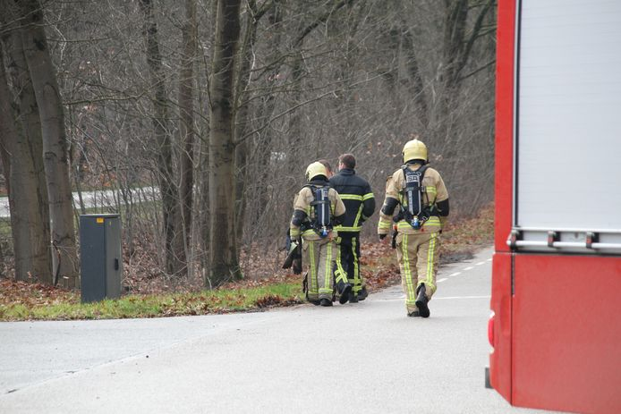 De brandweer is vrijdagmiddag gealarmeerd voor een gaslek op de kruising Sprokkelweg met de Rijssenseweg-N350.