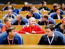 Kinderen uit Genemuiden leggen premier Rutte vuur aan de schenen in Tweede Kamer