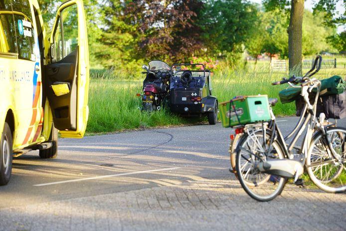 De zijspan belandde na de aanrijding in de berm van de Spanjaardsdijk in Heeten. In elk geval een fietser raakte gewond.
