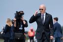 Amerikaans president Joe Biden geeft nog een korte groet, voordat hij op de Air Force One stapt.