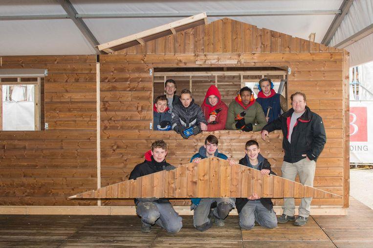 De Leerlingen van het VTI bouwen met veel plezier een chalet.