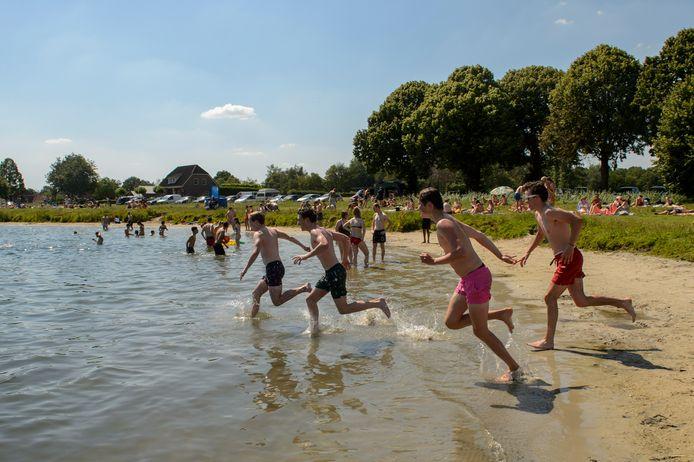 Goirle - Pix4Profs - Joris Buijs Zwemmen in de Oostplas bij tropisch warm weer