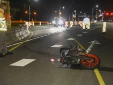 Motorrijder klapt op betonnen wegafzetting in De Bilt en raakt gewond