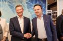 Johan Sauwens en Bruno Steegen schudden elkaar de hand nadat ze met hun respectievelijke achterban een nieuw bestuursakkoord gesloten.
