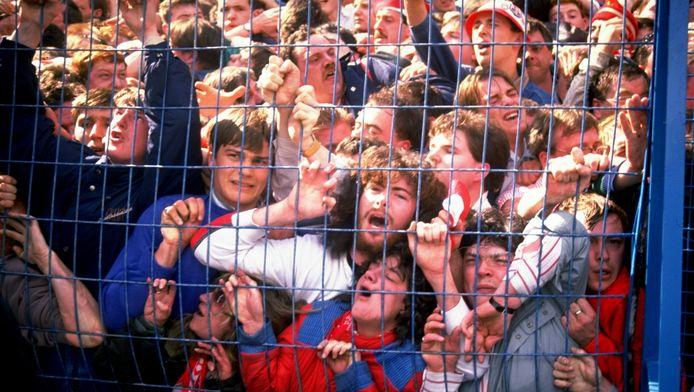 Jonge Liverpool-fans worden tegen het hek gedrukt vanwege het overvolle vak achter doel.