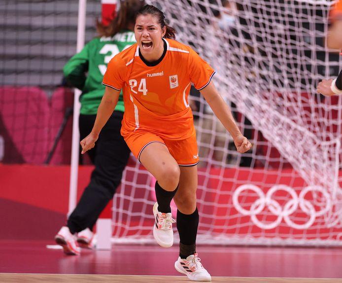Martine Smeets loopt juichend weg na een doelpunt tegen Japan.