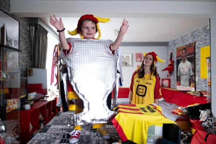 Kelly Vercauteren en zoontje Oli steunen KV Mechelen volop tijdens de bekerfinale