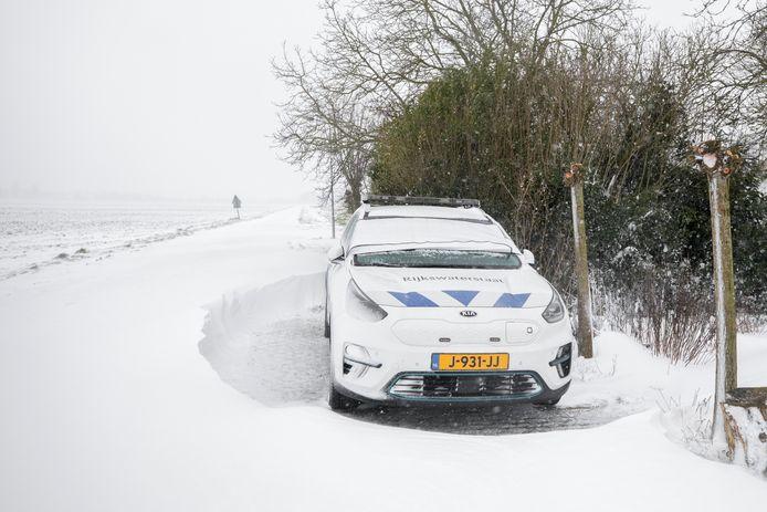 Door turbulentie vormden zich sneeuwduinen rond geparkeerde auto's in Roodewijk.