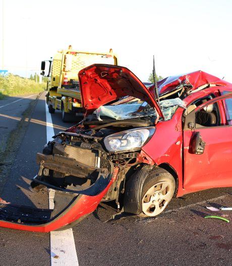 Auto slaat over de kop op A2 en belandt op andere rijbaan, bestuurder naar ziekenhuis