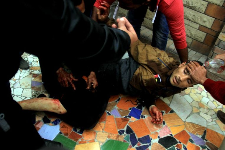 Een van de demonstranten wordt verzorgd voor zijn verwondingen. Beeld AP