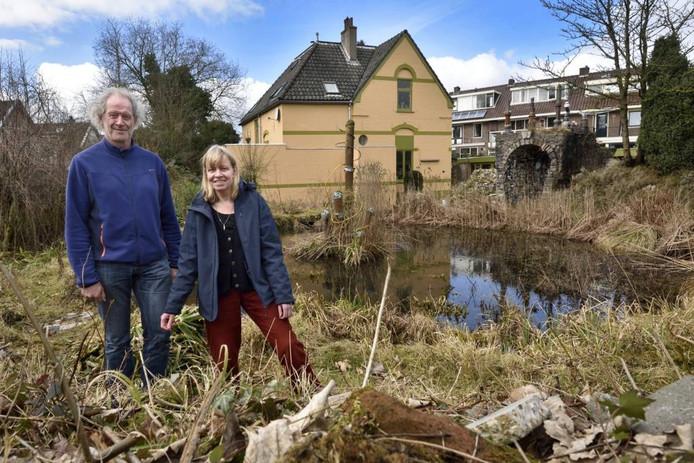 Sjaak van 't Hof, voorzitter van Stichting Tuin van Sjef en Sjefs weduwe Truus Schennink.