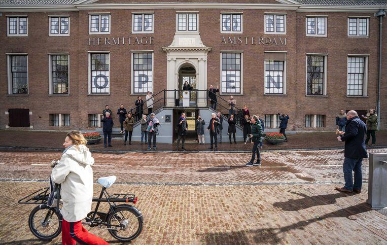 Met lawaai en zwaailichten startte begin april bij museum De Hermitage in Amsterdam de actieweek voor de campagne: Houd de Hermitage open'. Beeld ANP