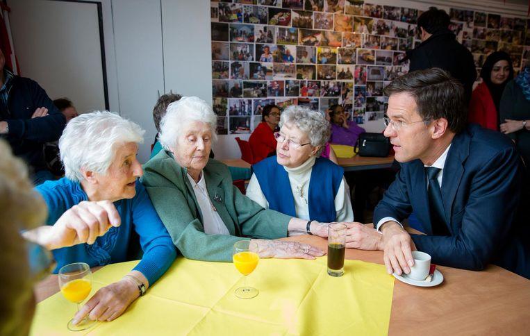 In 2016 bezocht Rutte een ouderencentrum in de Haagse wijk Transvaal. Beeld ANP