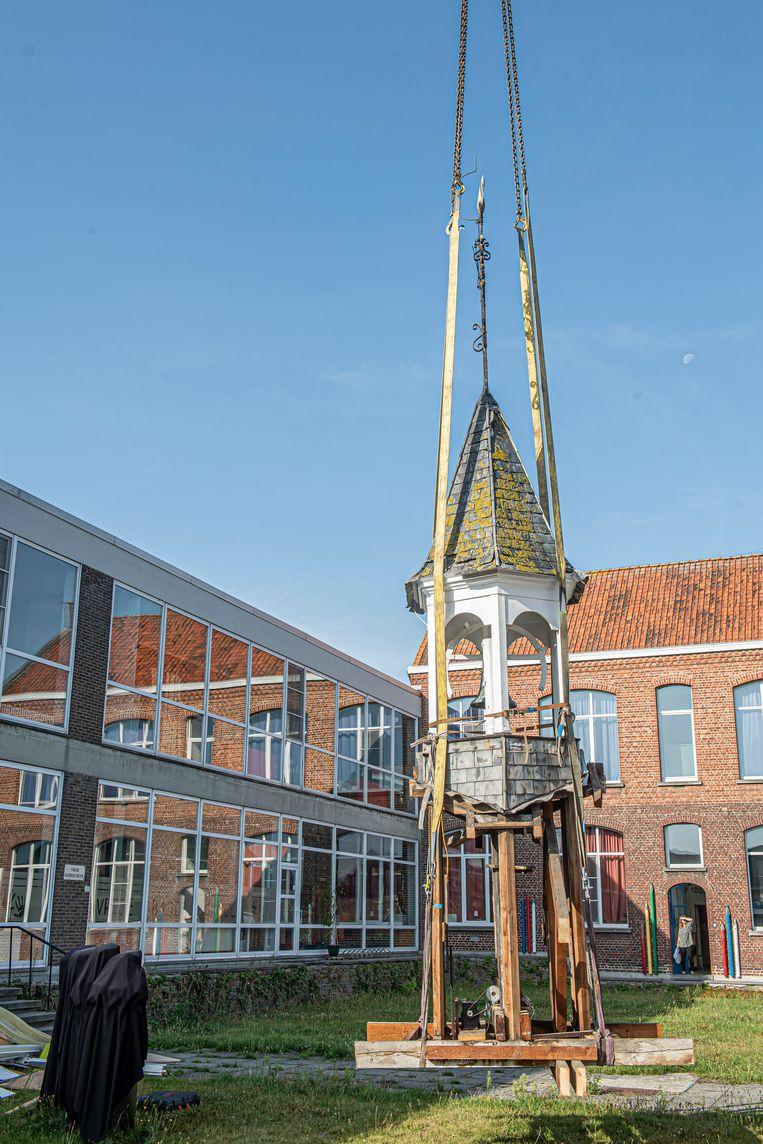 Het klokkentorentje zal later een ereplaats op het terrein van de school krijgen.