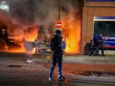 Noodbevel in Rotterdam: politie zet waterkanonnen in tegen jongeren die plunderend en slopend door stad trekken