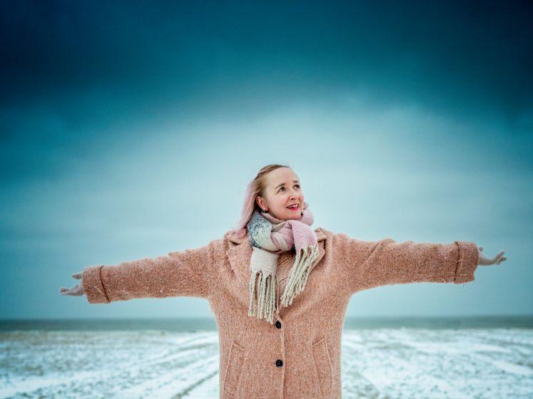 """Radiopresentatrice Heidi Lenaerts: """"Alles is best heftig nu en ik ben nogal emotioneel. Maar aan zee is alles draaglijker"""""""