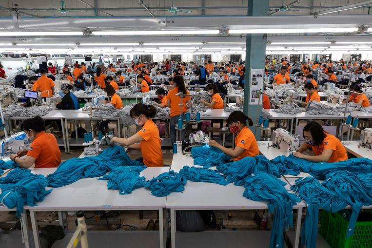 Een textiel-fabriek in Vietnam. Kledingbedrijven uit Nederland hebben er minstens negentig productielocaties. Beeld Bloomberg via Getty Images