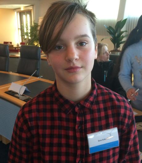 Ezra leest gedicht voor bij Nationale Herdenking ramp