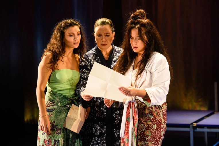 Vanaf links:Tara hetharia, Denise Aznam en Esther Scheldwacht in Lichter dan ik.  Beeld Annemieke van der Togt
