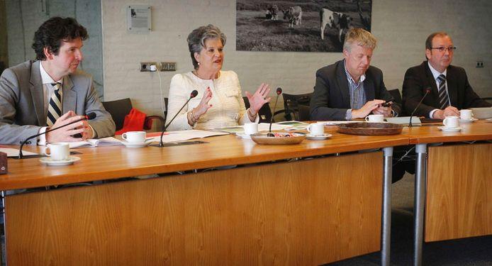 Voorzitter Helmi Huijbregts (in het wit) tijdens de persconferentie van haar commissie. Foto Irene Wouters