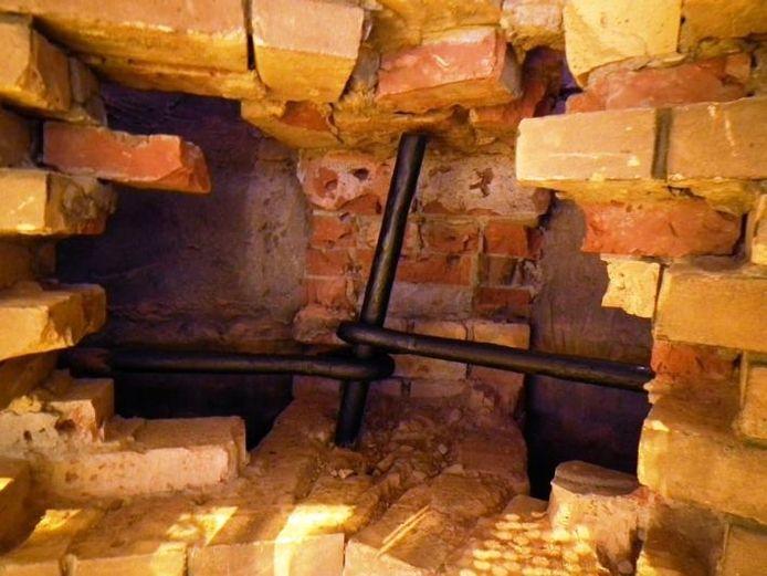 Zo wordt de koepel bijeengehouden: met een stalen band. Die bleek op nogal wat plaatsen bijna doorgeroest en is inmiddels weer als nieuw.