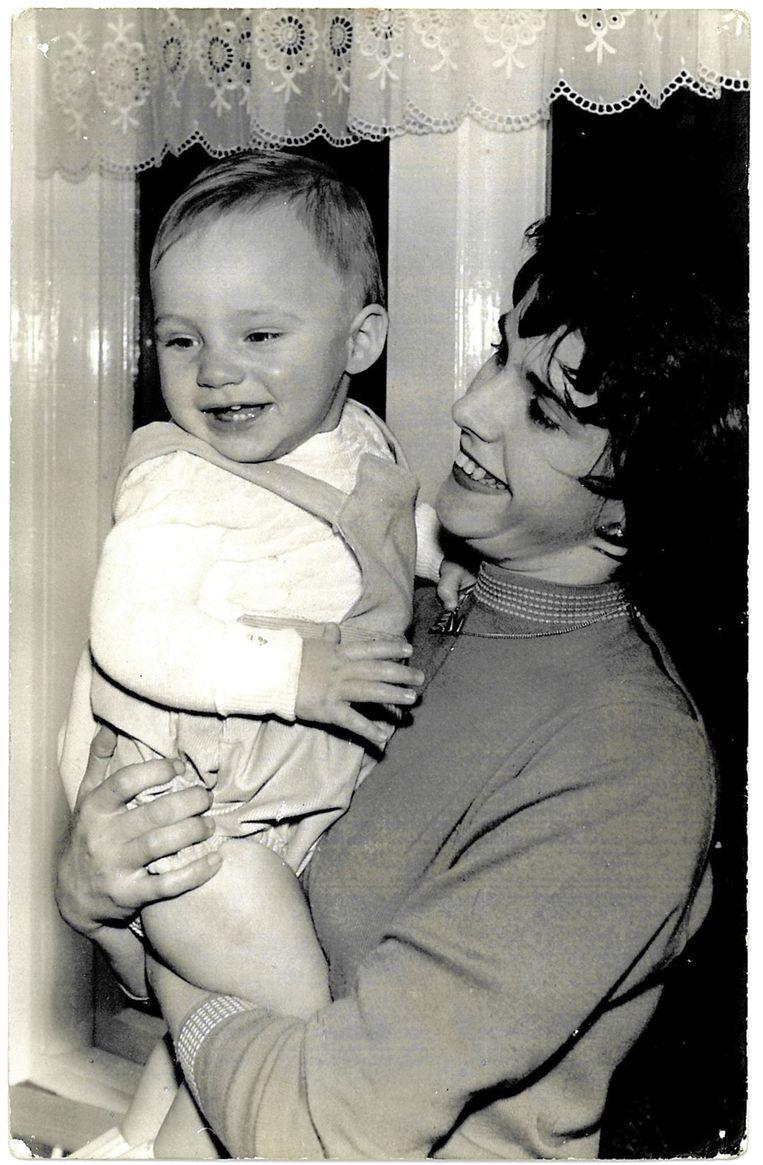 Erica van der linden met haar zoon Frenk. Beeld Prive-archief Frénk van der Linden
