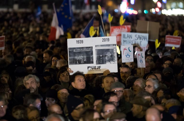 Betogers tegen antisemitisme op de Place de la Republique in de Franse hoofdstad Parijs.  Beeld EPA