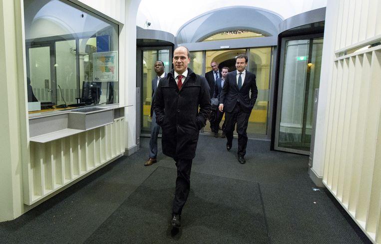 PvdA-leider Diederik Samsom (L) en minister Lodewijk Asscher van Sociale Zaken verlaten het Torentje na crisisberaad. Beeld anp