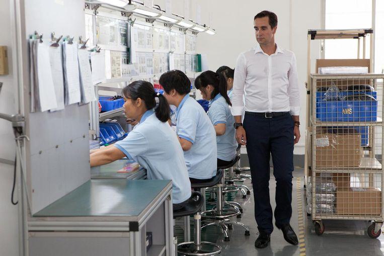 Fabriek van AMS in Guangzhou onder leiding van Tim Steltenpool (in witte overhemd). Beeld Ruben Lundgren