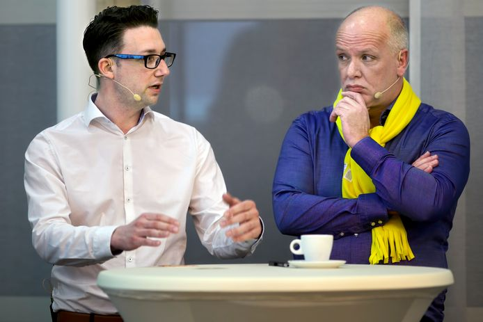 Een verkiezingsdebat in het gemeentehuis van Geertruidenberg, twee jaar geleden. Lijsttrekker Mike Hofkens van Lokaal+ (links) aan het woord, terwijl naast hem lijsttrekker Albert Smit van Keerpunt 74 aandachtig luistert. Als leider van de grootste partij gaat hij zich nu beraden over een nieuw te vormen coalitie.