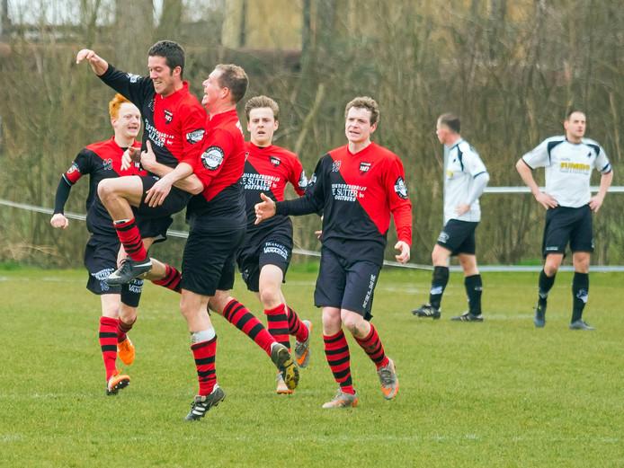 Niek Barra wordt bejubeld door zijn ploeggenoten nadat hij Oostburg op voorsprong heeft gebracht tegen Breskens.
